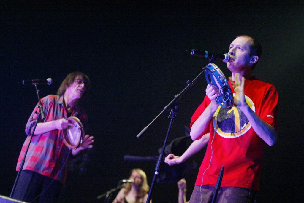 """Le groupe français """"Les Fabulous Trobadors"""" se produit le 01 mars 2004 sur la scène du Zenith à Paris, dans le cadre de la soirée """"Avis de KO Social"""" qui rassemble plusieurs artistes français et associations. AFP PHOTO MARTIN BUREAU / AFP / MARTIN BUREAU"""